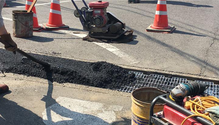 蓋を交換して舗装材で埋める暗渠化工法