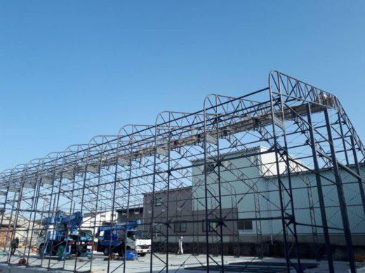 テント倉庫の構造骨組み建設中